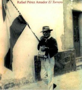 """Rafael """"El Torrero"""" con bandera, sombrero de cañavera, viejo latón de aceite y tocando la armónica."""
